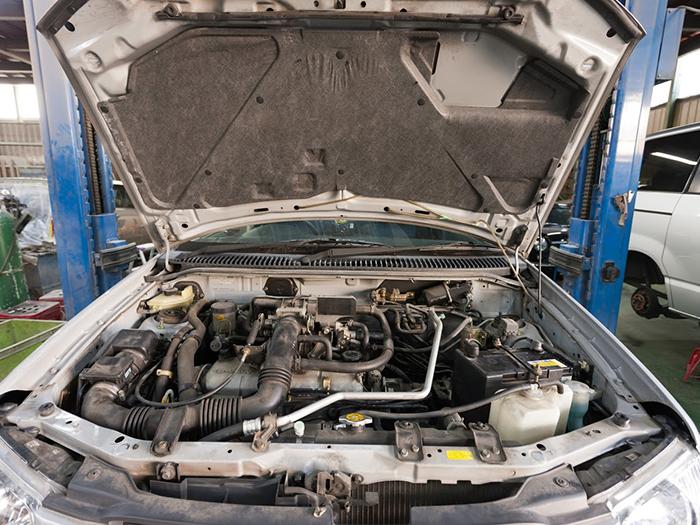 自動車のエンジンルーム
